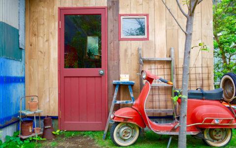 ガレージ玄関とヴェスパ
